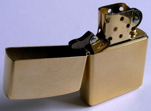 800px-Zippo-Lighter_Gold-Dust_w_brass-insert