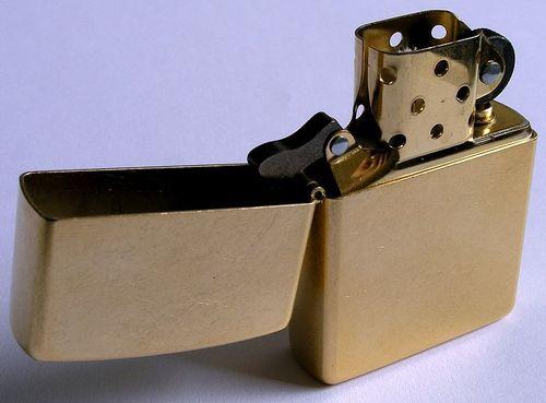 800px-Zippo-Lighter_Gold-Dust_w_brass-insert